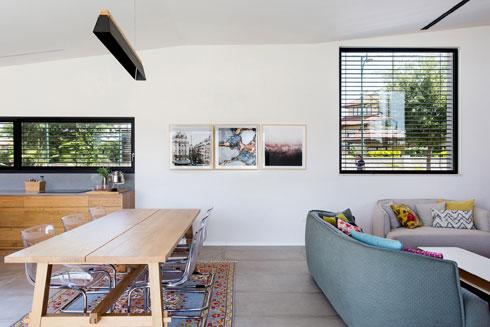 תקרה אלכסונית וחלונות בגדלים שונים במטבח ובסלון (צילום: שירן כרמל)