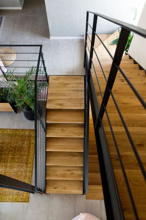מבט אחר על הבית מכל מהלך בגרם המדרגות (צילום: שירן כרמל)