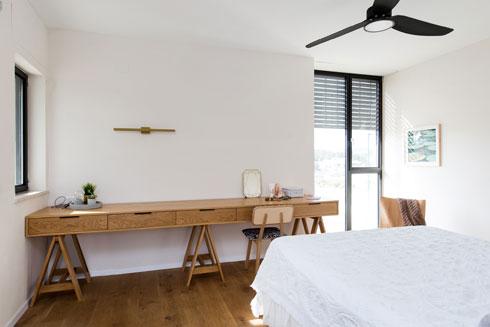 שולחן עבודה ארוך מול המיטה (צילום: שירן כרמל)