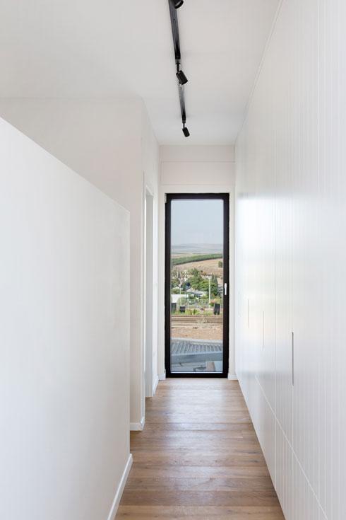 המסדרון הפנימי ביחידת ההורים, בין ארון הקיר - (צילום: שירן כרמל)