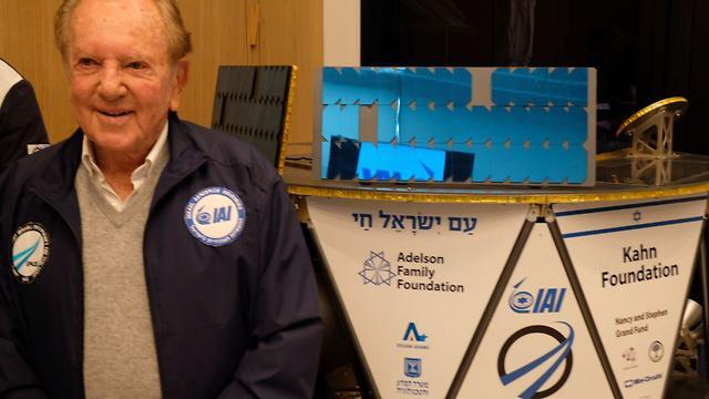 Morris Kahn and the Beresheet spacecraft (Photo: Shaul Golan)