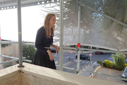 האדריכלית שרון גולן-ירון צועדת על הפיגומים (צילום: מיכאל יעקובסון)