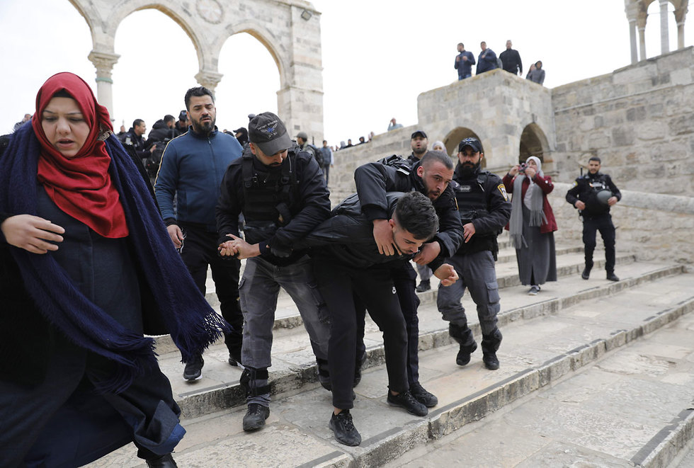 Israeli police arrest protesters at the Temple Mount after the compound is reopened (Photo: AFP)