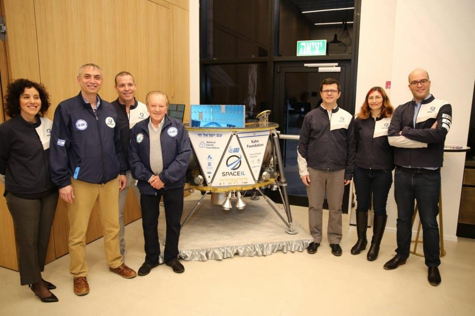 ראשי SpaceIL ובכירי התעשייה האווירית ליד דגם החללית בראשית.  (צילום: אלירן אביטל)