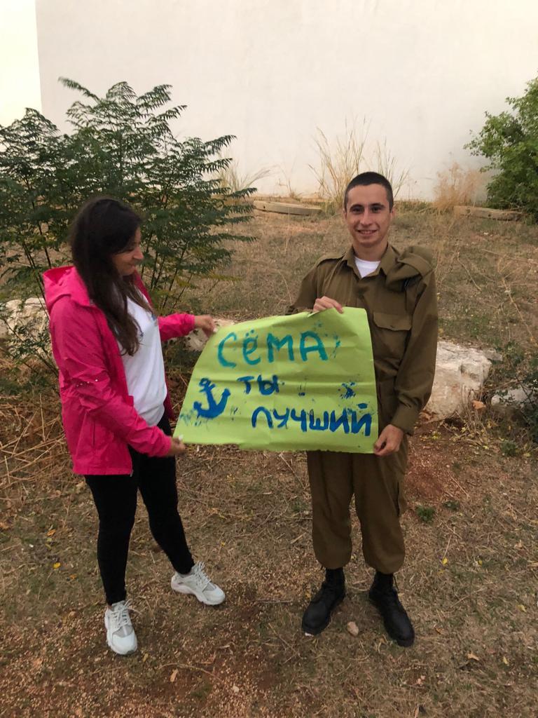 """המתנדבים מאמינים כי יש ביכולתם לתת לעולים הצעירים ולחיילים הבודדים של היום כתובת אישית ב""""גובה העיניים"""""""
