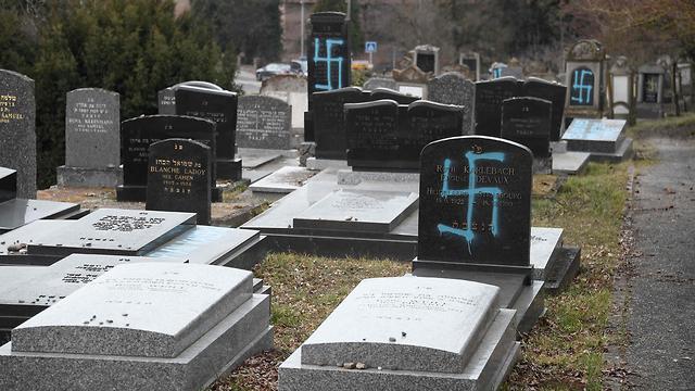 צרפת חילול קברים של יהודים בית עלמין יהודי במזרח המדינה ליד שטרסבורג (צילום: AFP)