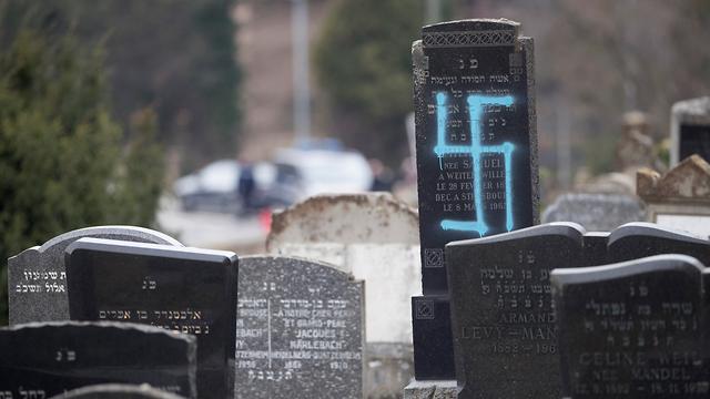 צרפת חילול קברים של יהודים בית עלמין יהודי במזרח המדינה ליד שטרסבורג (צילום: AP)