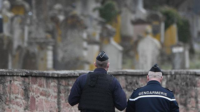 צרפת חילול בית קברות יהודי קברים אנטישמיות ליד שטרסבורג (צילום: AFP)