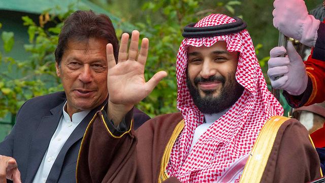 מוחמד בן סלמאן עם ראש ממשלת פקיסטן אימראן חאן (צילום: AFP)