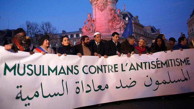 Париж. Мусульмане против антисемитизма. Фото: АР