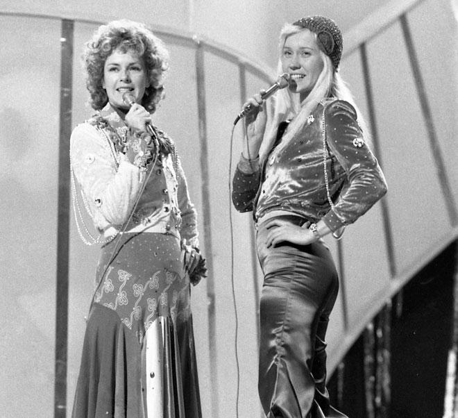 """אנייטה פלטסקוג (מימין) ואנני-פריד לינגסטד שרות את """"ווטרלו"""" באירוויזיון 1974 בברייטון (צילום: AP)"""