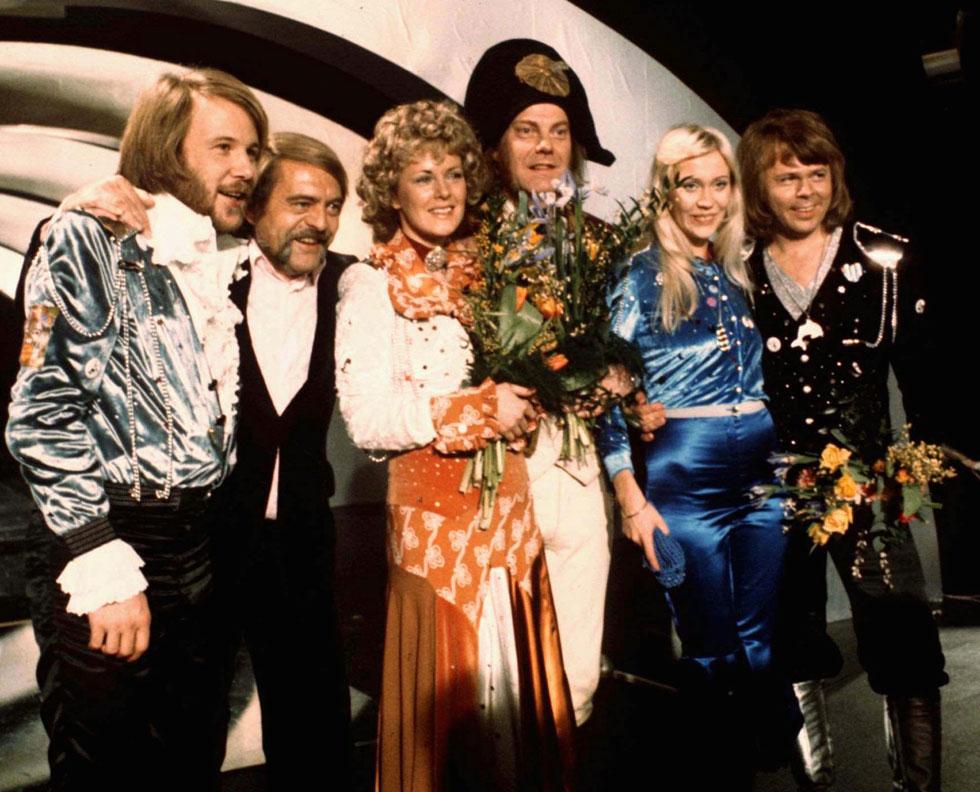 להקת אבבא, ואיתה המנצח  סוון-אולוף וואלדוף (מחופש לנפוליאון) והמפיק סטיג אנדרסון (שני משמאל), אחרי הזכייה בקדם אירוויזיון השוודי (צילום: AP)