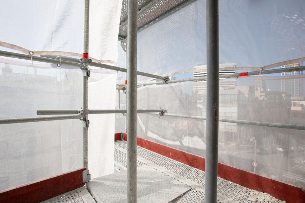 ממשלת גרמניה מממנת את תחזוקת הבניין בעשור הקרוב, והודות למעורבותו של משרד השיכון הגרמני, הותקנו כאן פיגומים שעומדים בתקינה האירופאית (צילום: דור נבו)
