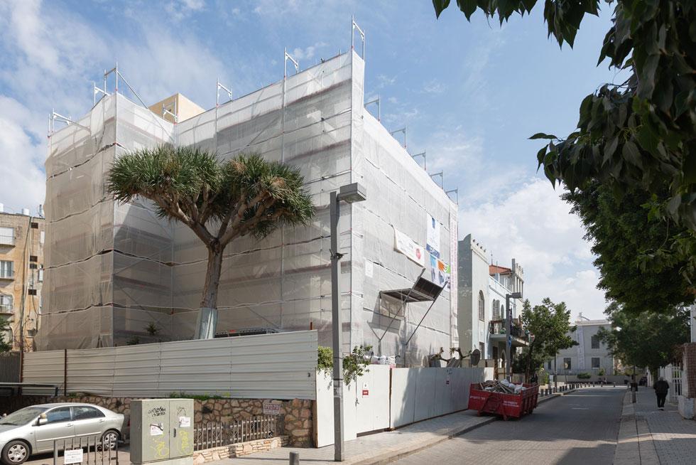 בית ליבלינג ברחוב אידלסון בתל אביב מכוסה בפיגומים המיובאים, במסגרת עבודות השימור המקיפות (צילום: דור נבו)