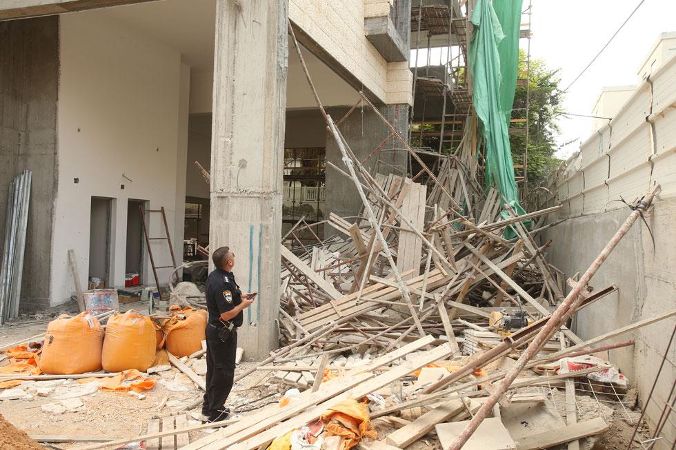 תמונה טיפוסית באתר בנייה ישראלי, פעם בשבוע לפחות: פועל נופל באתר בנייה, בדרך כלל אל מותו (צילום: אלעד גרשגורן)