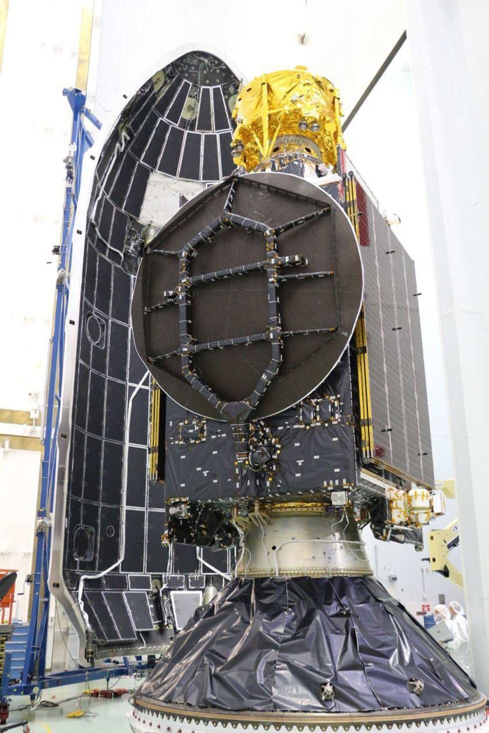 'בראשית' ממוקמת מעל לווין התקשורת ( הנוסע הראשי בשיגור)  השוקל מספר טונות ק