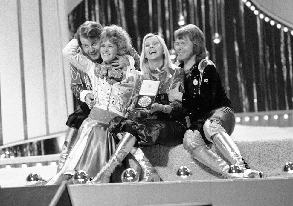 """להקת אבבא חוגגת את זכייתה באירוויזיון עם """"ווטרלו"""", 6 באפריל 1974. למעלה: הופעתה בתחרות (צילום: AP)"""