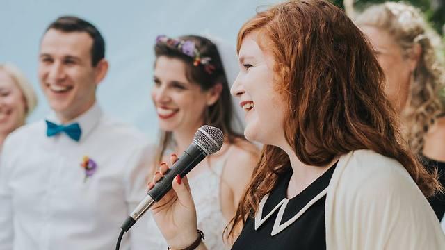 Tamar Gur Krause conducting a wedding ceremony (Photo: Levana Photographers)