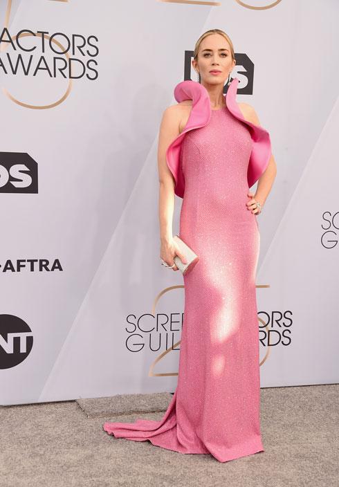 מדליית כסף: אמילי בלאנט במקום השני, בזכות שמלה מפוסלת בוורוד פוקסיה של מייקל קורס (צילום: Gregg DeGuire/GettyimagesIL)