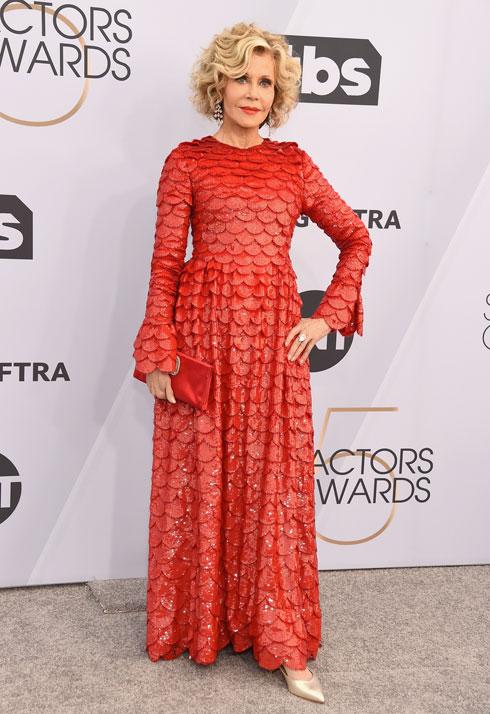 הזוכה בזהב: השחקנית ג'יין פונדה בת ה-81 מוכיחה כי לסטייל אין גיל, לבושה שמלת קשקשים אדומה של ולנטינו  (צילום: Gregg DeGuire/GettyimagesIL)