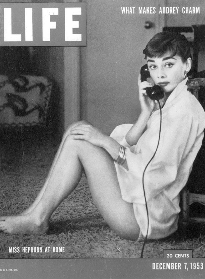 """הפבורן בביתה, על שער מגזין """"לייף"""", 1953 (צילום: AP)"""