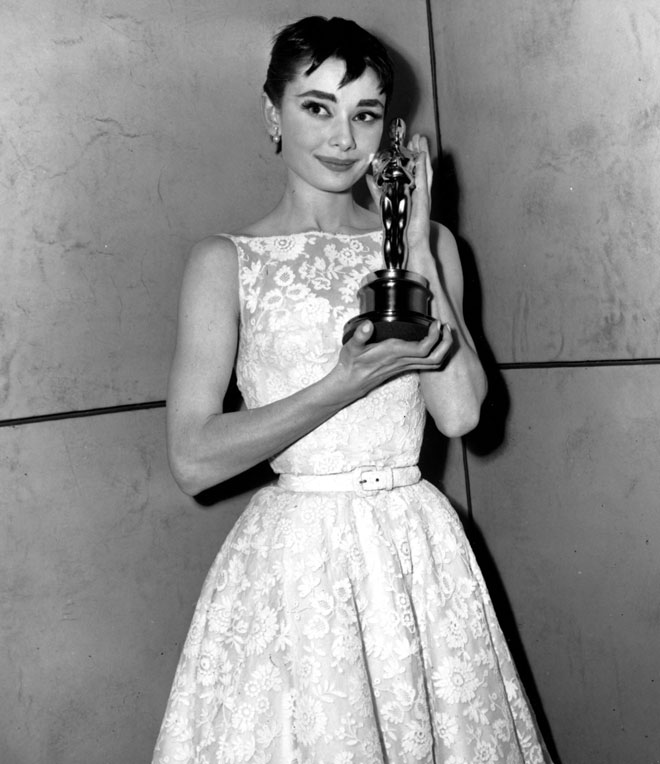 """עם פרס האוסקר על """"חופשה ברומא"""", 1954 (צילום: AP)"""