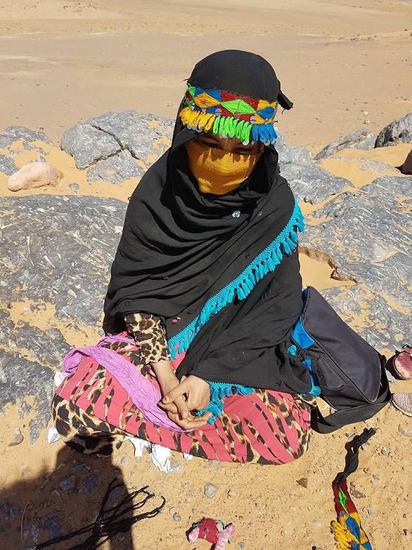 אישה מוכרת ממרכולתה (צילום: אורטל צבר)