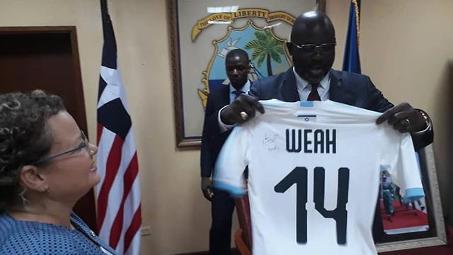 נשיא ליבריה ג'ורג' וואה חולצת נבחרת ישראל מ שגרירת ישראל שגרירה ()