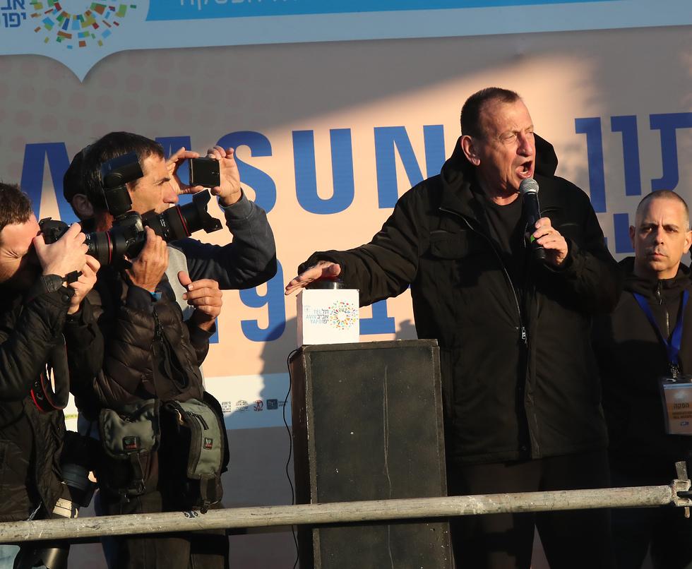 ראש העיר רון חולדאי מזניק את המרתון (צילום: אורן אהרוני)
