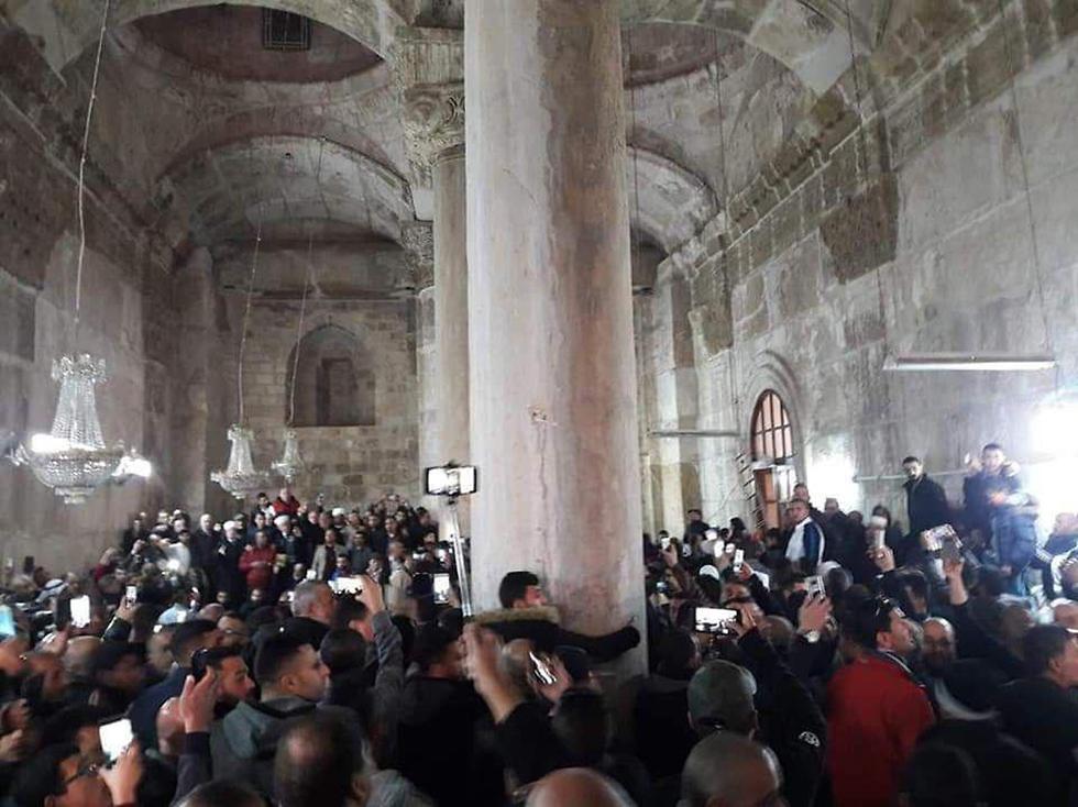תפילות בהר הבית במתחם באב א-רחמה שהיה אמור להיות סגור ()