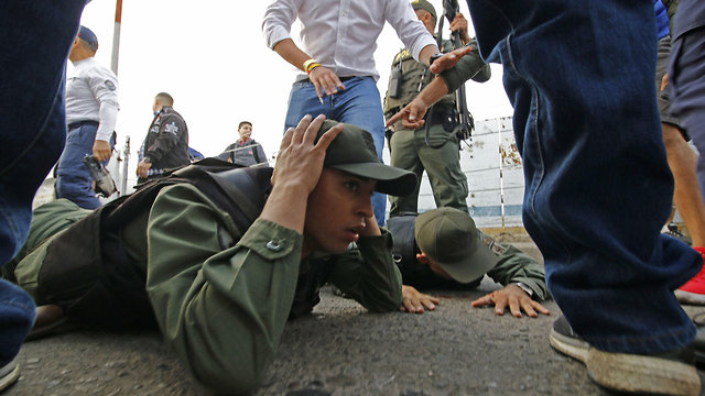 קולומביה חיילים מ ונצואלה ש ערקו נבדקים ו נעצרים בקולומביה (צילום: AFP)