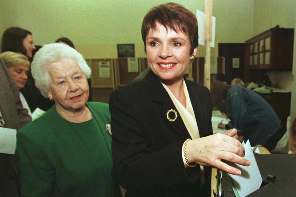 1997: הפוליטיקאית דנה רוזמרי סקאלון מצביעה (מן הסתם, לעצמה) בבחירות לנשיאות באירלנד. לידה: אמה, שילה בראון (צילום: AP)