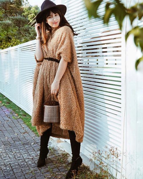 """""""אני משתדלת מאוד ללבוש חצאיות שמכסות את הברכיים. התאהבתי באופנת המידי והמקסי. מעבר לסטייל המיוחד מאוד שיש באורך הזה, אני גם מרגישה אצילית ומכובדת"""". שיראל אברהמי (צילום: מתוך shirelavrahami.com)"""