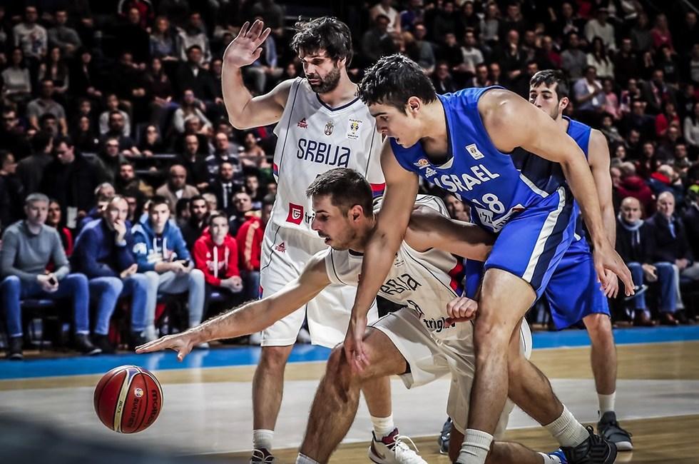 שגב מנסה להגיע לכדור (צילום: fiba.com)