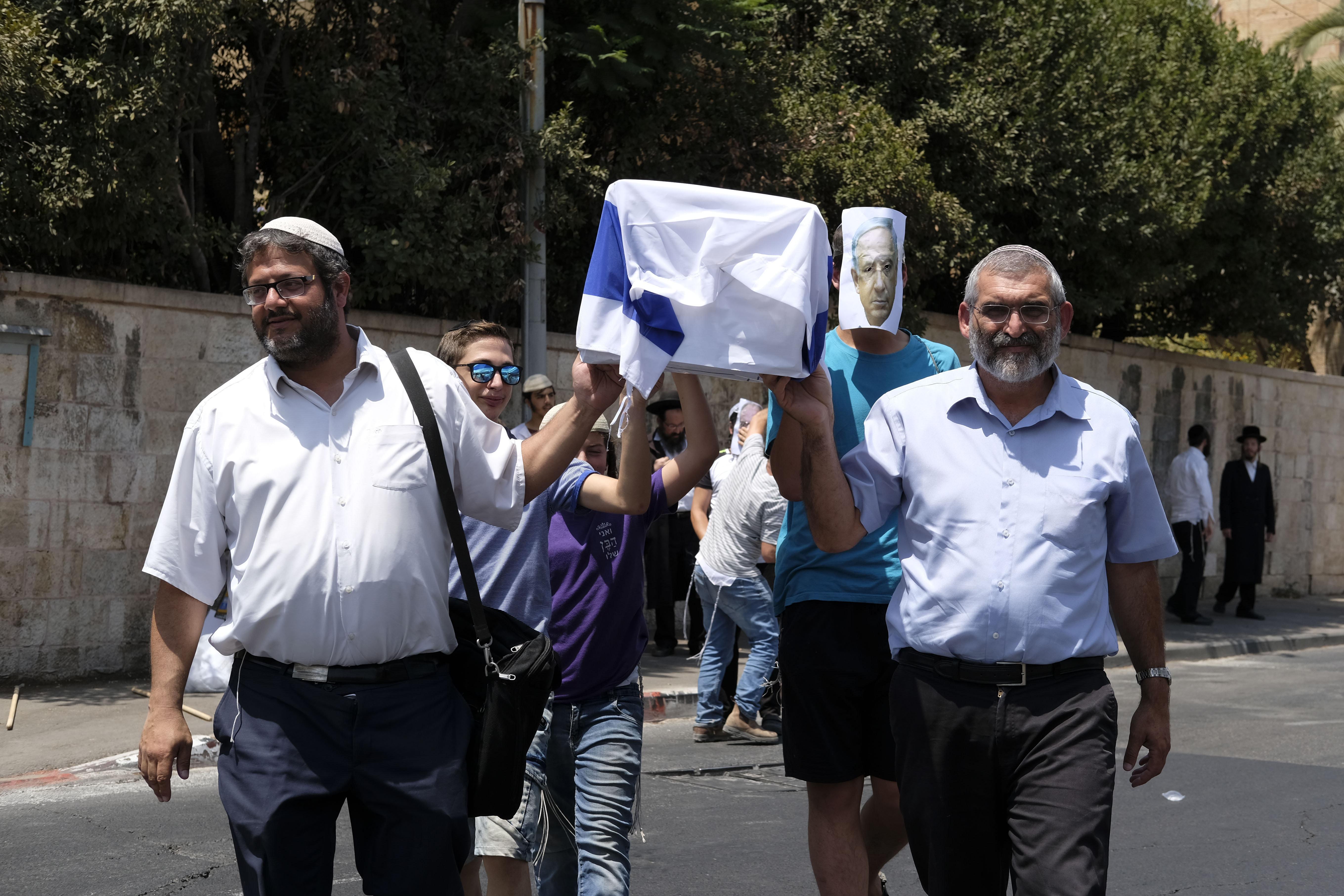 איתמר בן גביר ומיכאל בן ארי מפגינים (צילום: יואב דודקביץ)