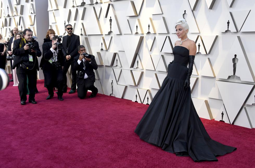 שמלה שחורה ופסלון. ליידי גאגא בטקס האוסקר (צילום: Frazer Harrison/GettyimagesIL)