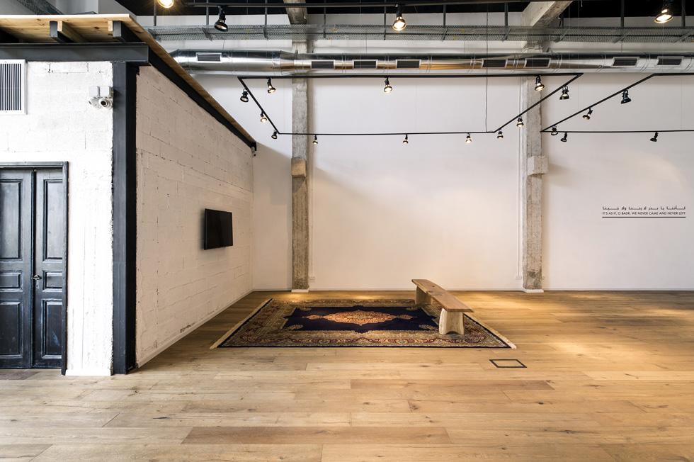 אולם הגלריה הוא מעבר חד מאוד מהאקלקטיות הצמודה: קובייה לבנה ומינימליסטית, שנועדה למקד את העניין בעבודות האמנות ולא להתחרות בהן (צילום: מושי גיטליס)