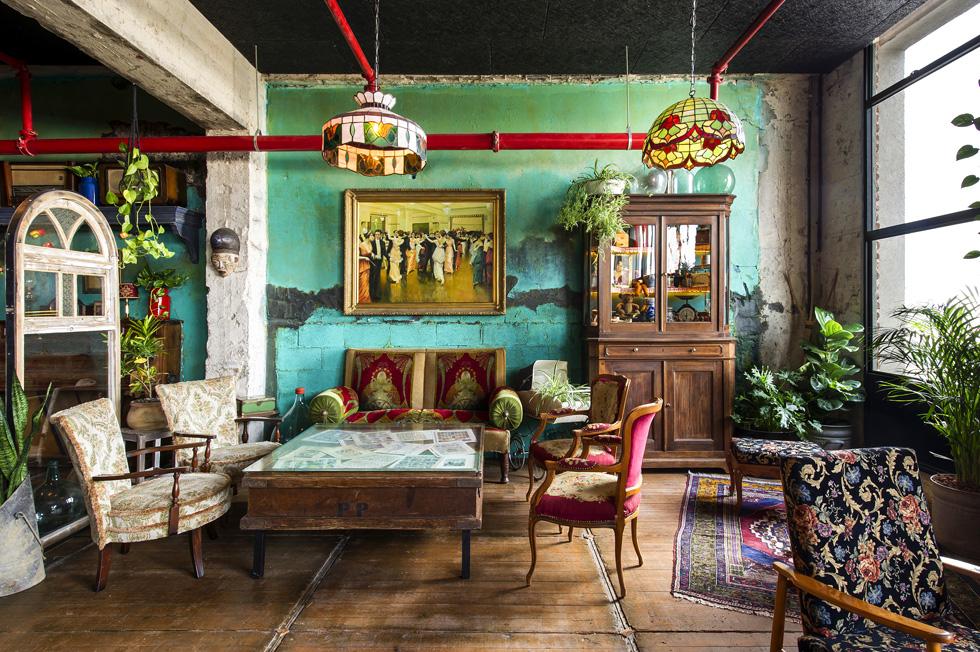 למעלה מחווה לסלונים מזמנים אחרים, עם רהיטי וינטג', שלל פריטי אספנות ומנורות בסגנון טיפאני, שמפיצות אור רך (צילום: מושי גיטליס)