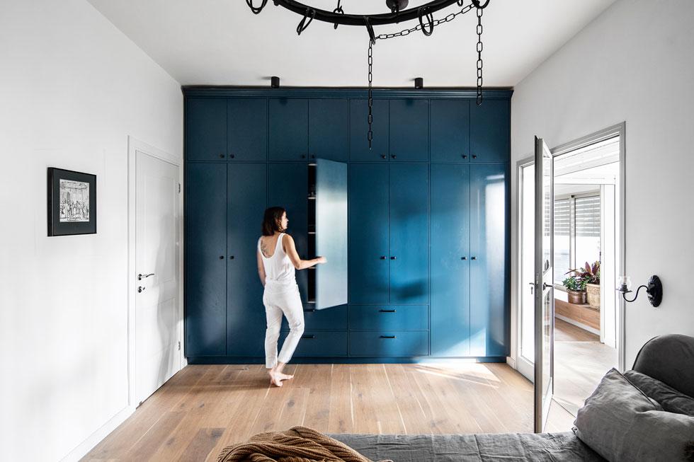 ארון קיר כחול, בדירה שעיצבה דנה ברוזה בחיפה (צילום: איתי בנית)