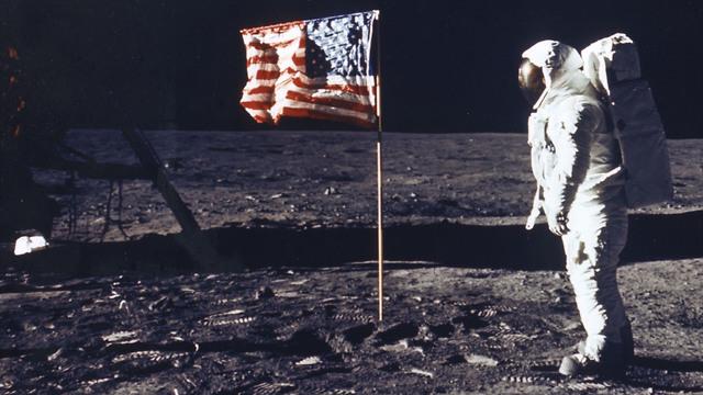 אדם הולך על הירח עם דגל ארצות הברית (צילום: Getty Images)