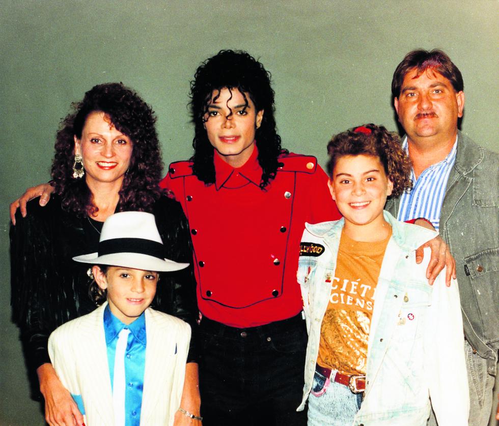 ווייד רובסון ומשפחתו עם מייקל ג'קסון (באדיבות yes ו-gettyimages)