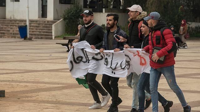 אלג'יריה מפגינים רבבות מחאה נדירה נגד הנשיא עבד אל-עזיז בוטפליקה (צילום:  MCT)