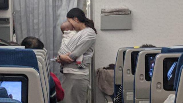 Мать с ребенком в салоне самолета. Фото: Dave Corona