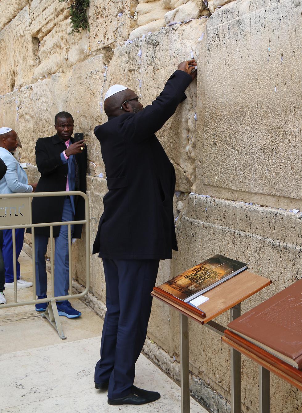 נשיא ליבריה ג'ורג וואה בביקור בכותל המערבי בירושלים (צילום: הקרן למורשת הכותל)