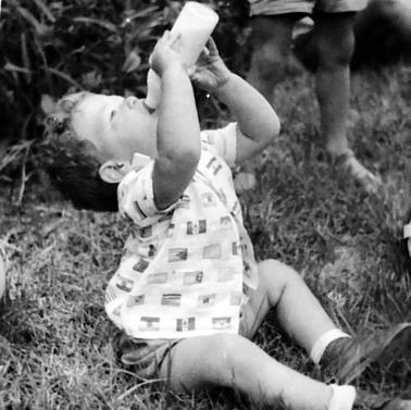 1960 עצמאי בשטח. על הדשא בקיבוץ חולתה