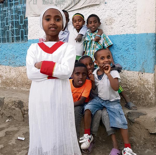 ילדי הקהילה. לומדים בבית ספר רגיל, שאותו הם חולקים עם שכניהם הנוצרים והמוסלמים