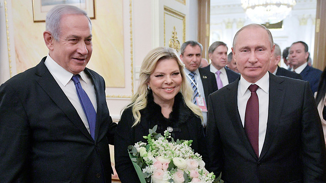 Prime Minister Netanyahu and wife with President Putin (Photo: AP)