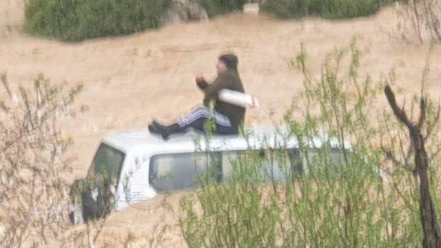 רכב לכוד חילוץ שיטפון גשם מזג אוויר ירושלים (צילם: דובר כב