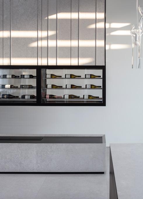 ארון יין תלוי, מפלדה שחורה ואבן טרוורטין (צילום: עמית גרון)