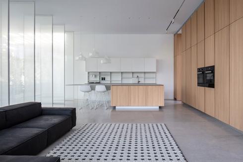 הסלון המשפחתי והמטבח. ''כל משפחה מגלה את הדרך שלה לחיות עם הבית'' (צילום: עמית גרון)